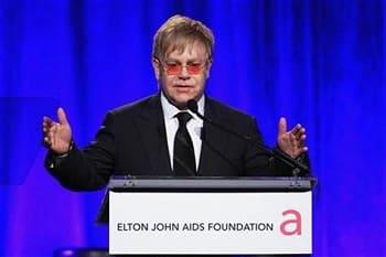 ВИЧ активист сэр Элтон Джон помогает российским геям