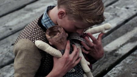 Мальчики не должны играть в куклы...