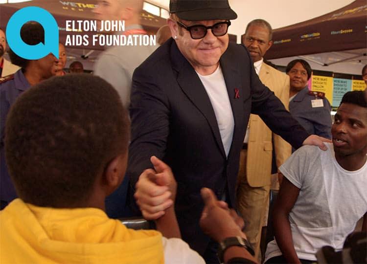 Элтон посетил клинику, в которой лечат ЛГБТ, живущих с ВИЧ