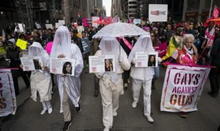 ЛГБТ, феминистки и мигранты вышли на марши против Трампа