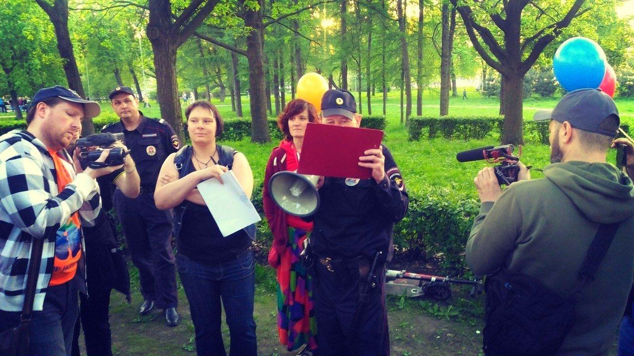 Полиция пыталась остановить радужный флешмоб в Петербурге
