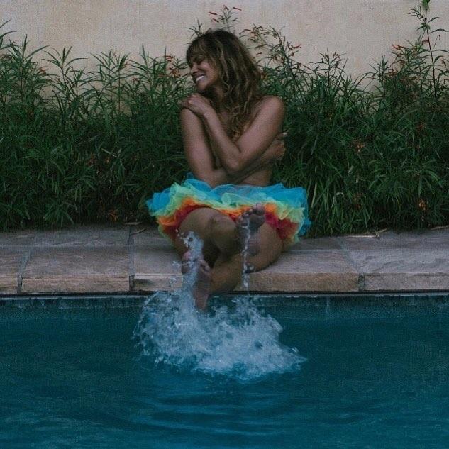 Холли Берри поддержала ЛГБТ пикантным фото