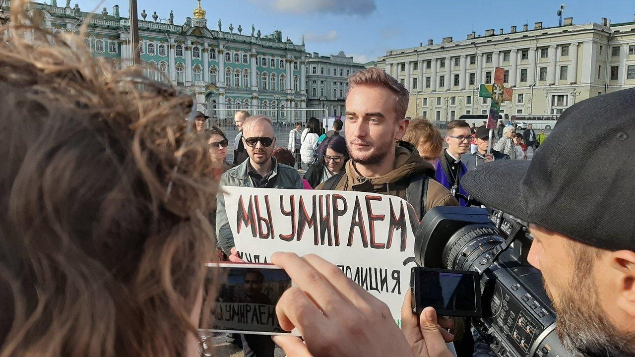 Петербургский ЛГБТ-прайд: полиция, наручники и газовый баллончик