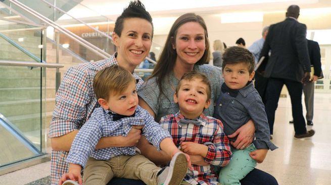 Лесбийская пара решила не разлучать братьев при усыновлении