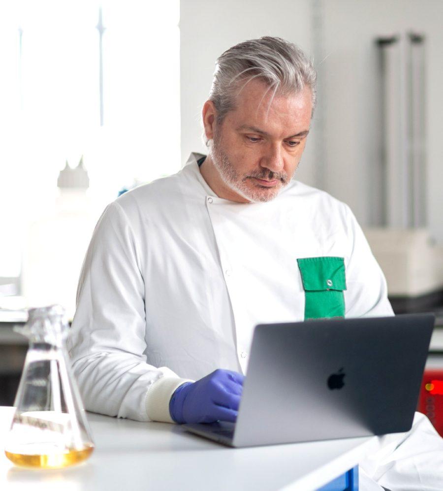 Британский биолог-гей создал вакцину против Covid-19