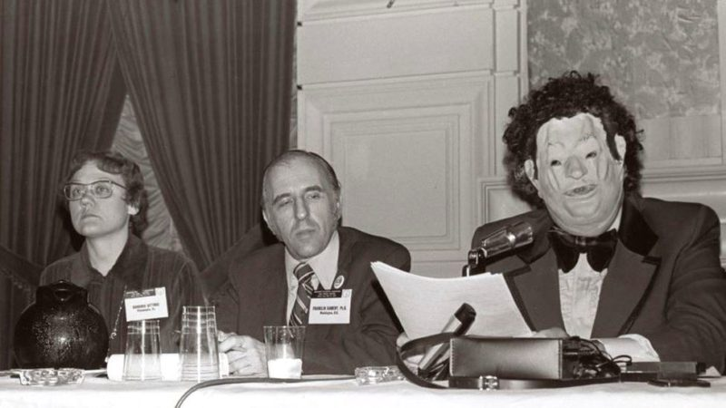 Под видом «доктора Х. Анонима» доктор Джон Фрайер шокировал съезд Американской психиатрической ассоциации 1972 года, скрыв свою личность, чтобы поговорить о том, что он гей-психиатр.
