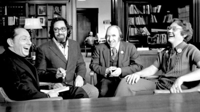 Активисты Рональд Голд (слева), Чарльз Сильверштейн, Фрэнк Камени и Барбара Гиттингс празднуют в 1973 году решение АPA исключить гомосексуальность из числа психических заболеваний.