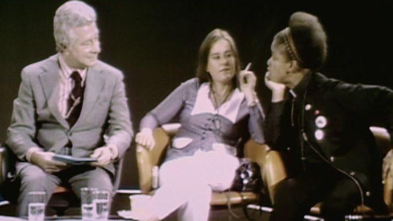 Магора Кеннеди (справа) в шоу Дэвида Сасскинда в 1971 году возражает против его утверждения, что быть геем – «психическое отклонение».