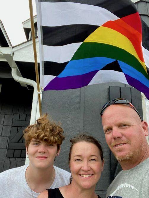 Отец помог сыну-гею поднять флаг ЛГБТ-гордости