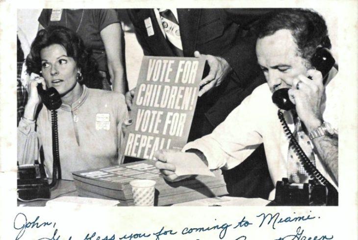 Фото : Анита Брайант и баптистский проповедник Джерри Фалуэлл призывают избирателей поддержать инициативу против геев.