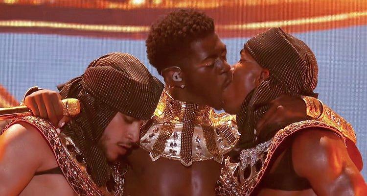 Lil Nas X отверг гомофобную реакцию на клип с голыми танцорами