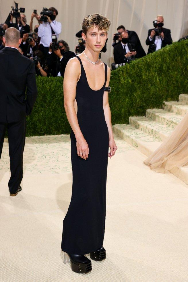 На фестивале моды «Met Gala» Трой Сиван вышел в чёрном платье